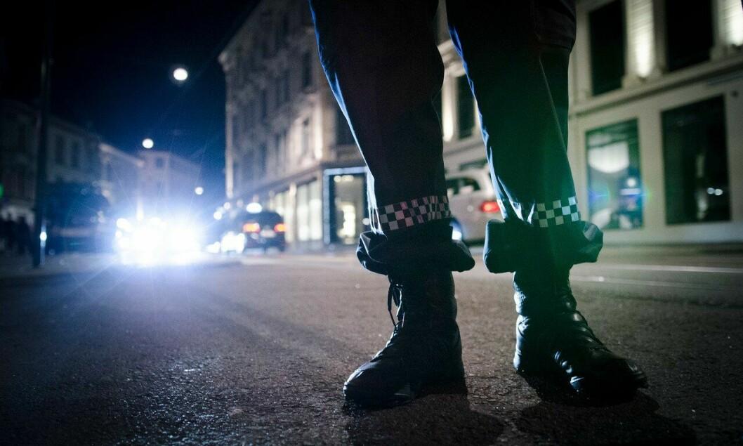 Planlegging av polititjenesten ute er ikke lett. Det er få å ta av og betjentene er overtidsslitne, skriver artikkelforfatteren.