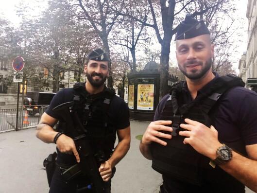 VAKTHOLD: Polititjenestemennene Yohan og Michel fra opprørspolitiet CRS er stasjonert utenfor innenriksministeriet i Paris.