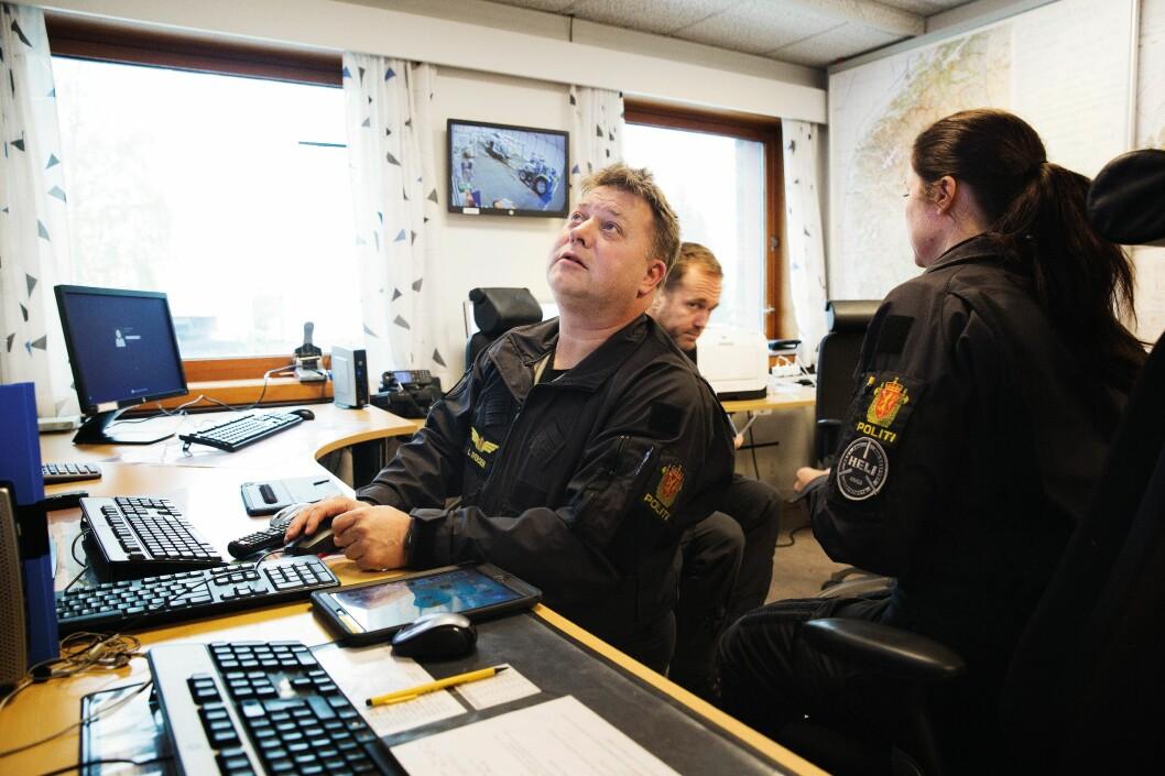 KONSENTRERT: Lasse Iversen, avsnittsleder for systemoperatørene, følger med på skjermene inne på OPS-rommet. Vakthavende crew bruker mye tid på å monitorere været.