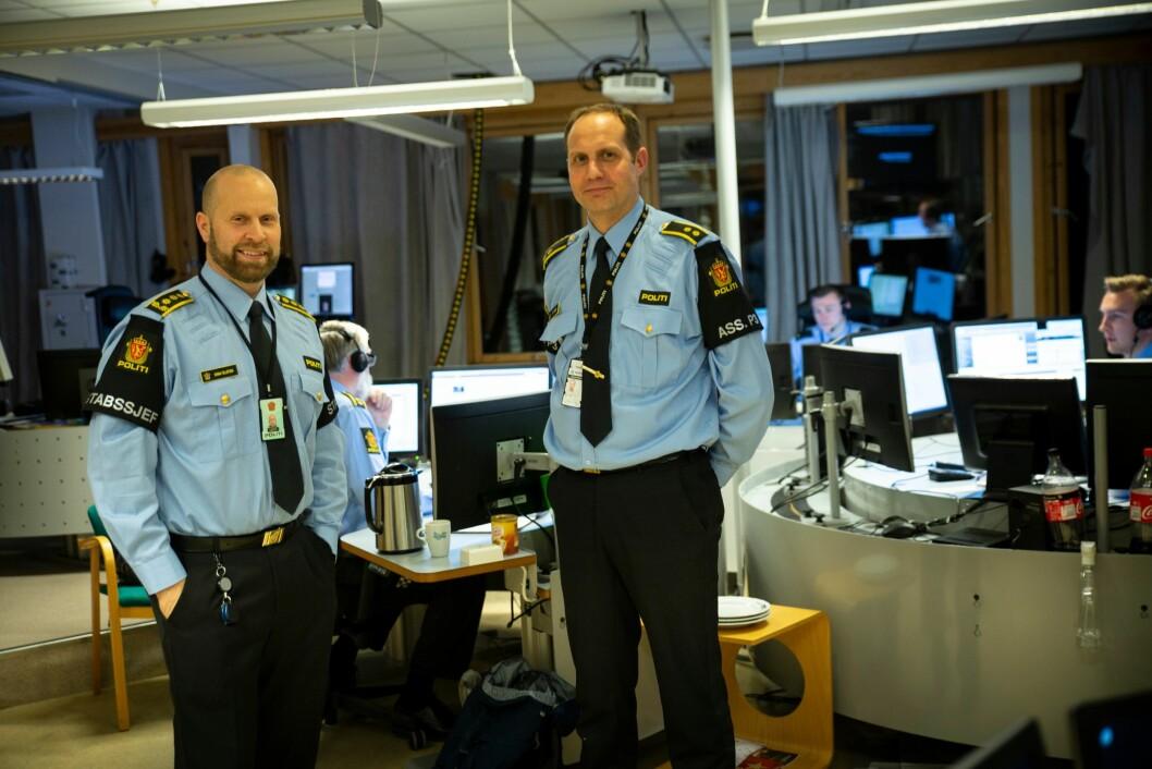 Tarjei Sirma-Tellefsen (t.v), stabssjef ved politiet i Finnmark, og Stein Kristian Hansen, leder av operasjonssentralen, gleder seg til ny samlokalisert nødsentral står klar i løet av neste år.