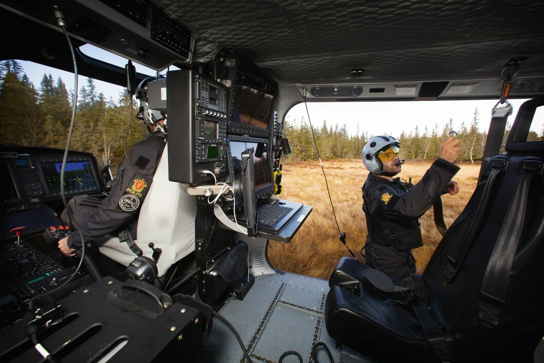 VELLYKKET UTLANDING: Pilot Lars Ribe-Aakre og systemoperatør Morten Svihus har sørget for å lande helikopteret på den tørreste delen av myra. Her gjør Svihus seg klar til å gå av, mens Ribe-Aakre og systemoperatør Elisabeth Brattland tar helikopteret opp i lufta igjen.
