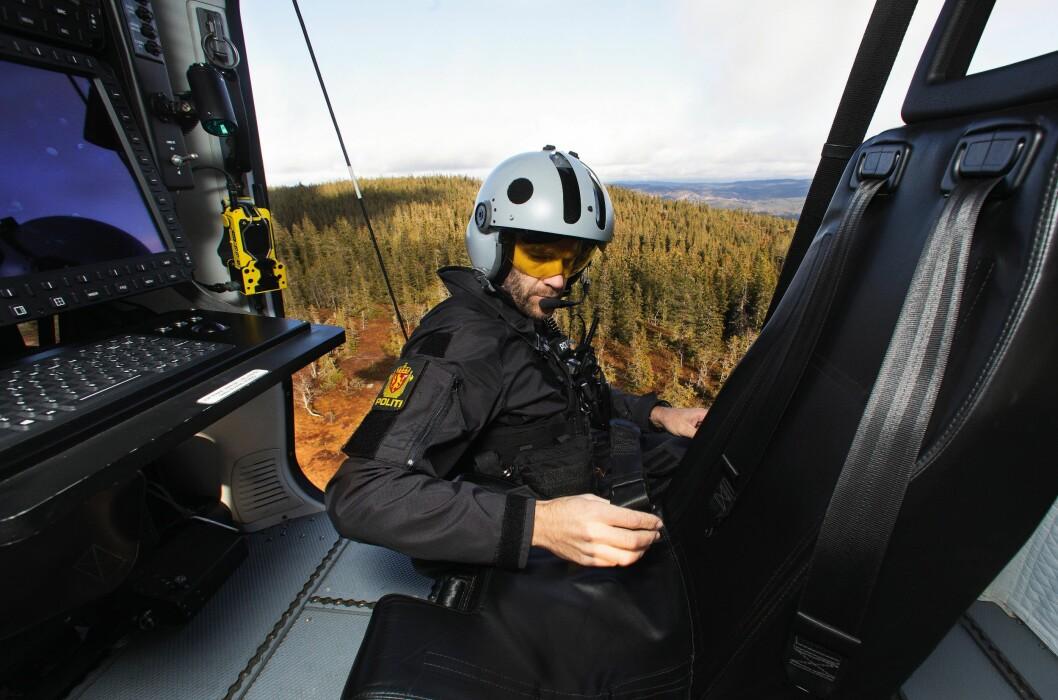 OVERBLIKK: Systemoperatør Morten Svihus åpner døra mens helikopteret ennå er et godt stykke over bakken – for å kunne rekognosere landingsstedet.