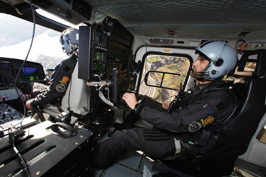 UTSIKT: Over Harestua demonstrerer pilot Lars Ribe-Aakre manøvrerbarheten til den nye AW169-maskinen, ved blant annet å legge helikopteret over på siden. Bak ham har Morten Svihus full kontroll på systemene.