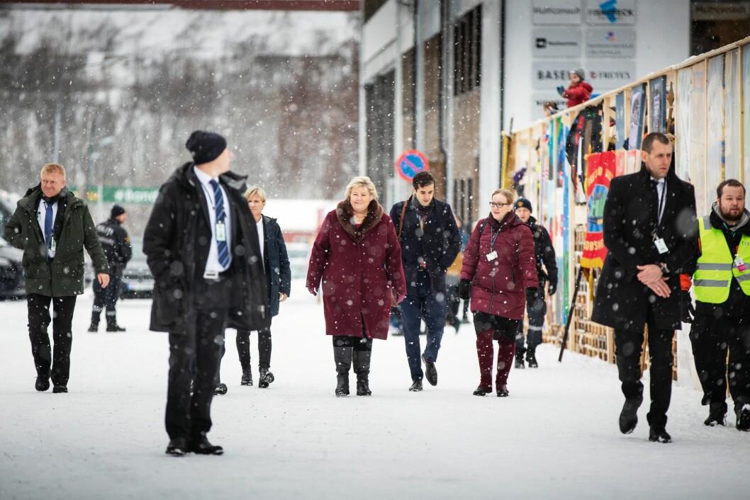 FOTPATRULJE: Statsminister Erna Solberg ankommer seremoniplassen til fots. Årvåkne politiøyne i livvaktlaget gir nærsikkerhet.