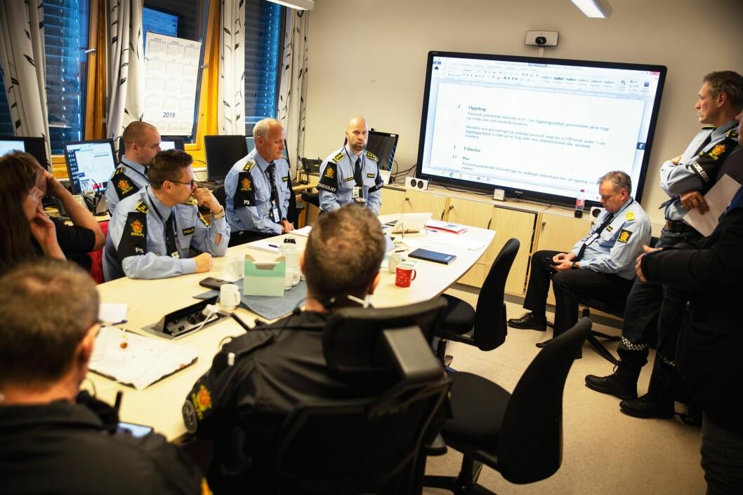 PLANLEGGERE: Stabssjef Tarjei Sirma-Tellefsen (midt i bildet) gir og får informasjon fra sine stabsmedlemmer. Meldingene er korte, forkortelsene enda kortere.