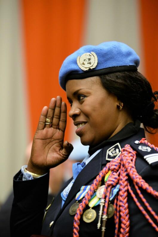 PRISVINNER: Seynabou Diouf fra Senegal er kåret til årets kvinnelige FN-politi for sitt arbeid i Kongo. Her hilser hun sine politikollegaer under prisutdelingen.