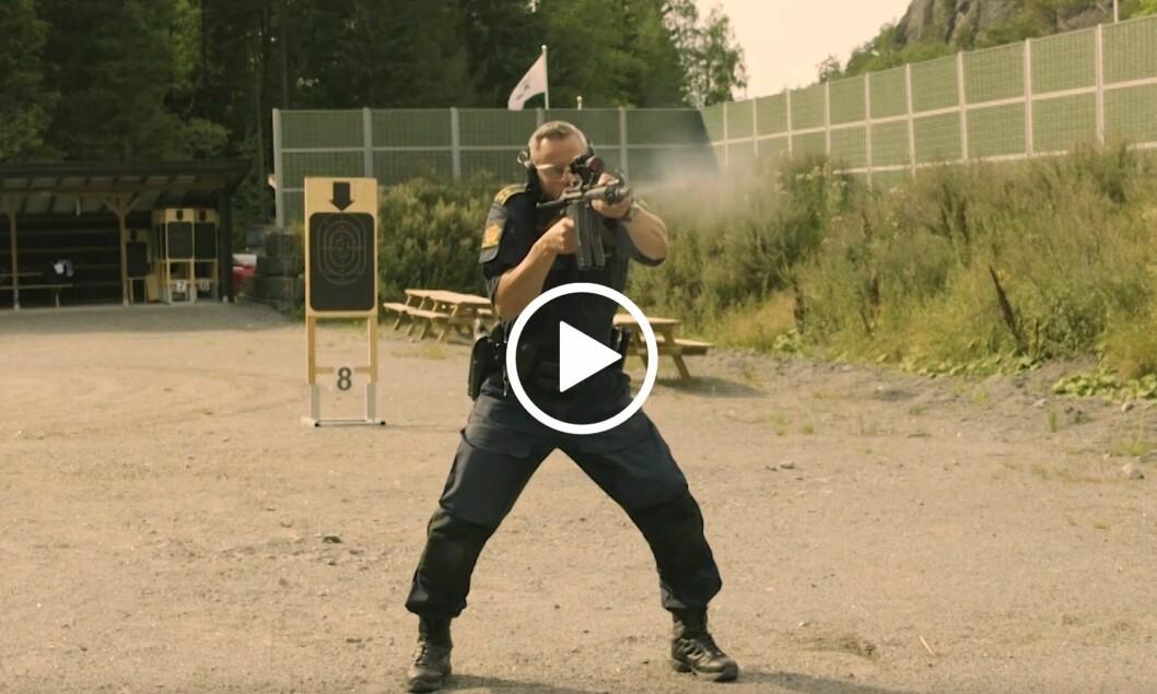 SKARPSKODD: E-læringen omfatter komplette demonstrasjoner av godkjenningsprøvene for pistol (V1) og maskinpistol (V2). Her er forfatteren i aksjon i en av videoene fra opplæringen.