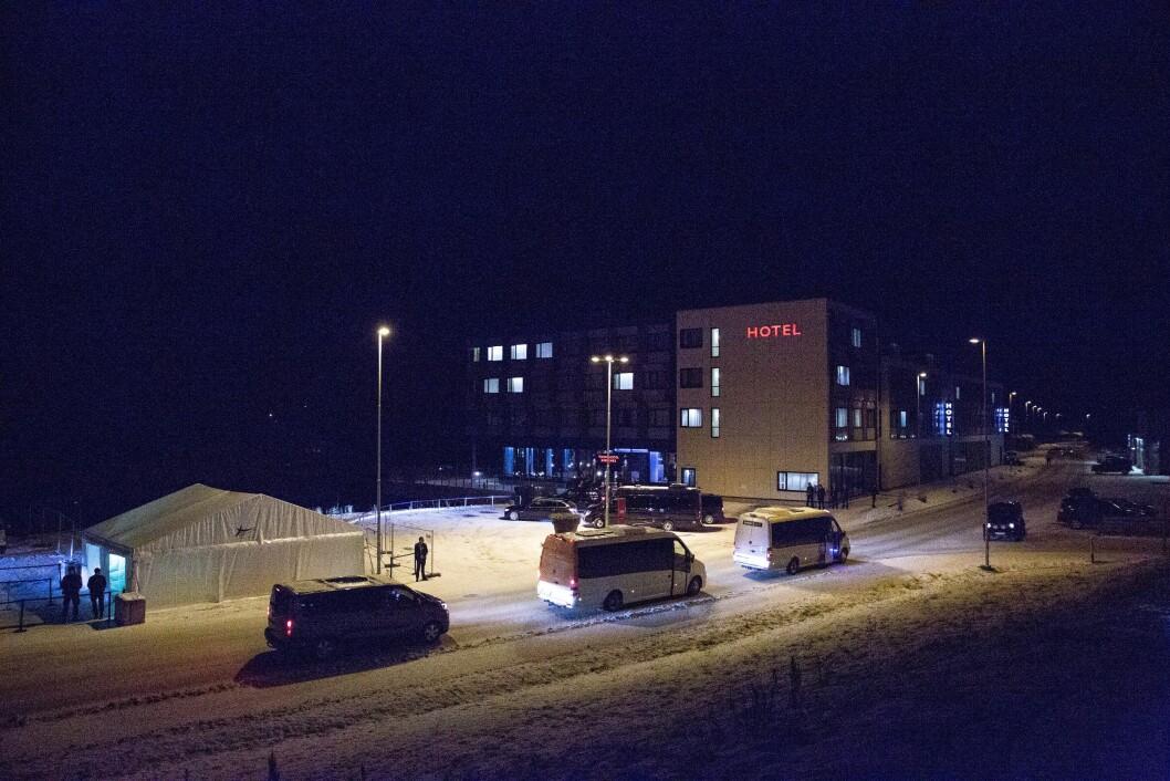 VIP-KORTESJE: Utenriksminister Sergei Lavrov ankommer hotellet, med mange med i VIP-følget. Politiet sørger for sikkerheten, sammen med Kystvaktskipet Farm som skimtes ute i nattemørket.