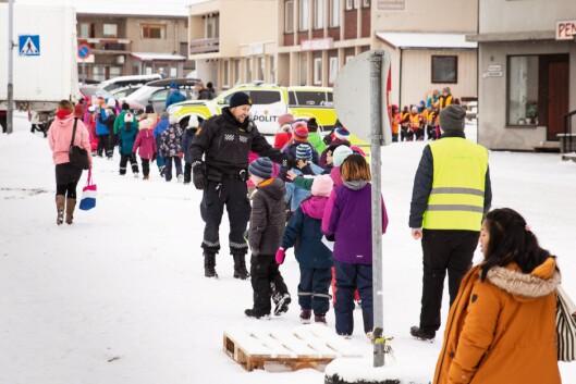 BARNETOG: For barneskolene som kom for å synge under markeringen, var det stas å hilse på politiet.