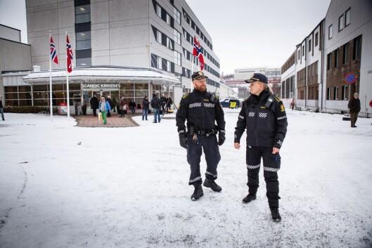 KONTROLLERTE: Politioverbetjent Håvard Martinsen og innsatsleder Marthe Mortensen Lysholm har overblikk i VIP-området. Det er under en time til markeringen begynner.