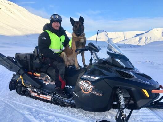 PÅ SVALBARD: Johan Sund Eliassen og Eos på oppdrag hos sysselmannen på Svalbard i mars i år.