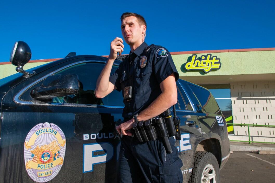 TELEFONSUPPORT: Cody Hartkopp i Boulder-politiet synes marihuanalovgivningen er forvirrende. Han innrømmer at han som regel må søke råd hos sin politikollega Rebecca Bostrack, som er «go-to-personen» når det gjelder marihuana.