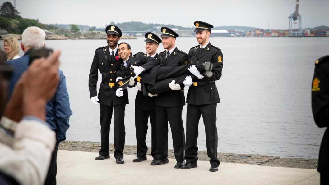 Vi har Norges flotteste, mest veloppdratte, arbeidsomme og ærekjære politistudenter, som vi med stor stolthet, glede og ærefrykt håper å få fortsette å være sammen med, og utdanne til dyktige politibetjenter, i mange, mange år fremover! skriver kronikkforfatteren. Her fra uteksamineringen i 2019.