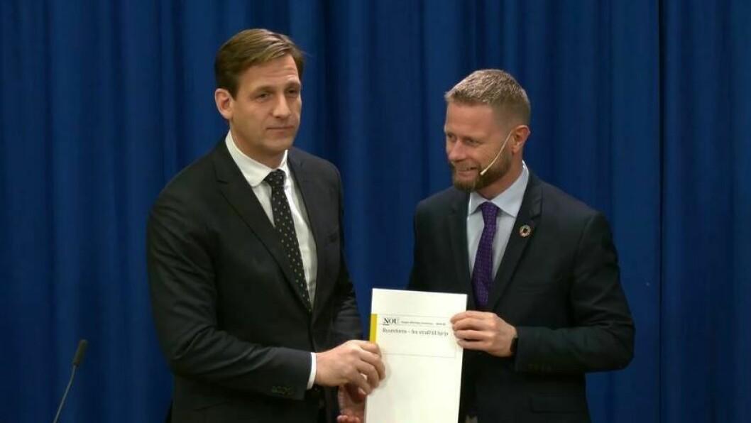 OVERLEVERT: Helseminister Bent Høie mottar rusreformutvalgets rapport, fraførstestatsadvokat Runar Torgersen, som har ledet arbeidet.