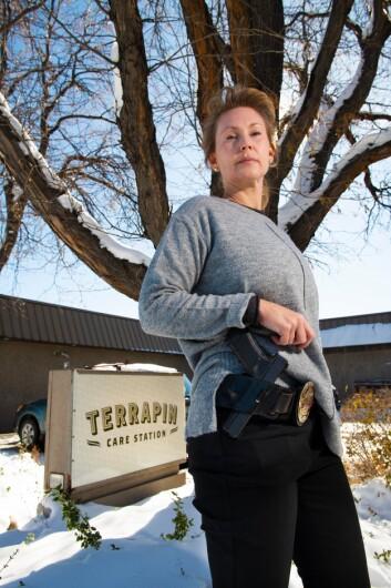 MARIJUANA ENFORCEMENT OFFICER: Hva er forskjellen på kokain som er verdt 30.000 og marihuana som er verdt det samme? spør Rebecca Bostrack i Boulder-politiet.