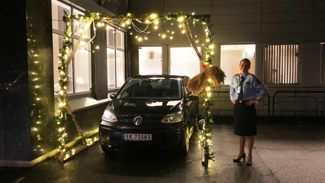 JULEPORTAL: Monica Mørk fikk en gledelig juleoveraskelse av kollegaene, da hun skulle parkere bilen.