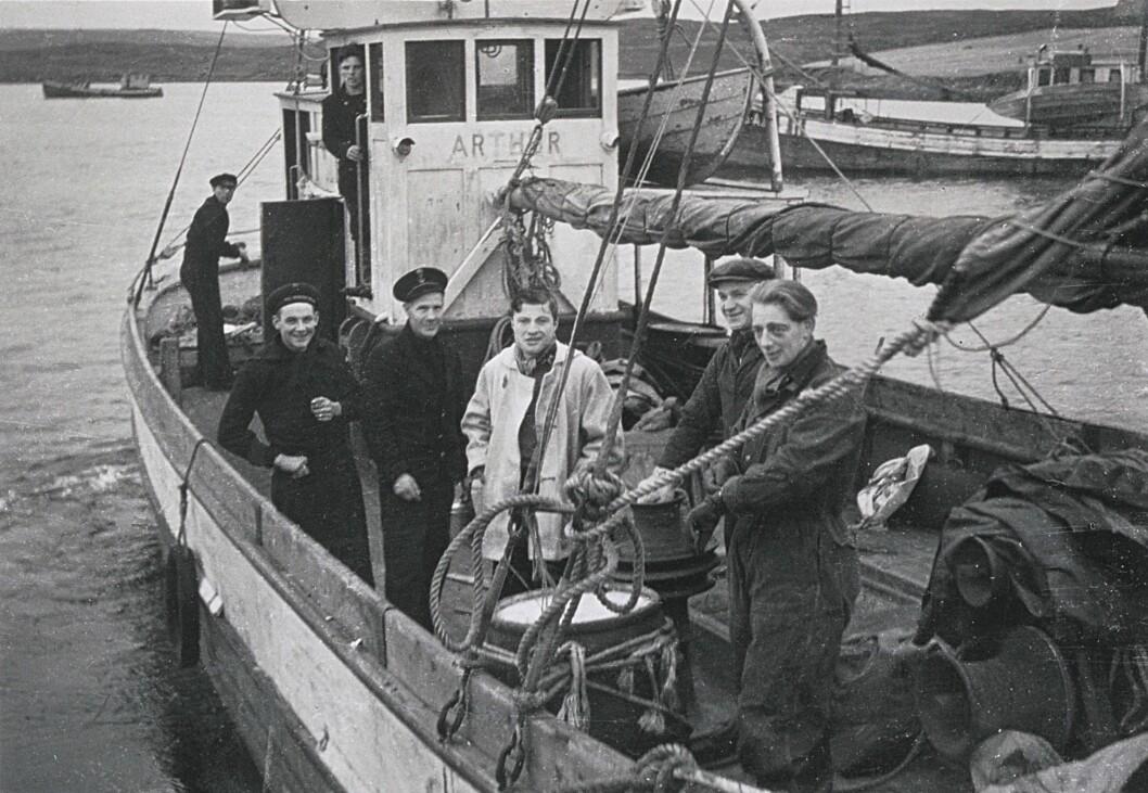 FISKEBÅT: «MK Arthur» ankommer Frøya med motstandsmennene Odd Sørli og Arthur Pevik om bord. Bildet er hentet fra boka.
