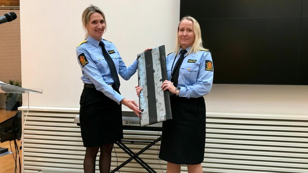 SATT PRIS PÅ: Kathrine Saland Rotseth (t.h) mottar prisen fra visepolitimester Gøril Våland i Sør-Vest politidistrikt.