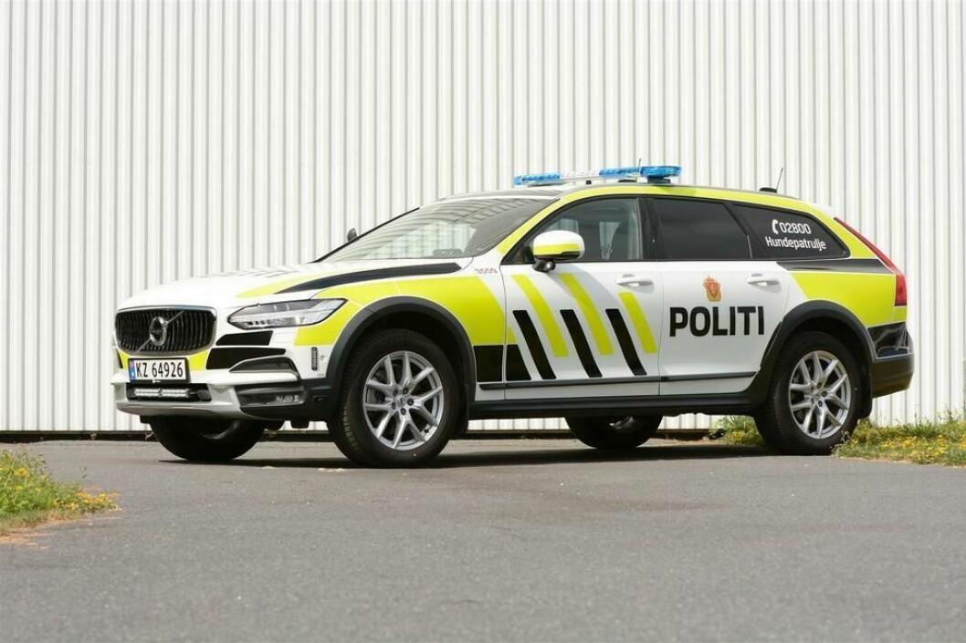 Etter en lang prosess har politiet valgt nye politibiler. Valget falt på Volvo V90CC som liten patruljebil og hundebil (som på bildet), og Mercedes-Benz Vito til stor patruljebil.