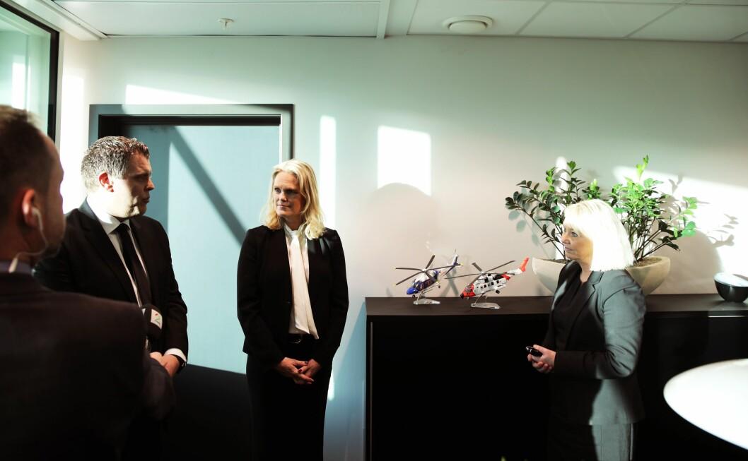 Monica Mæland (H) mottar nøkkelkortene til Justis- og beredskapsdepartementet fra Jøran Kallmyr (Frp), nylig avgått justisminister, og Ingvild Smines Tybring-Gjedde (Frp), nylig avgått samfunnssikkerhetsminister.