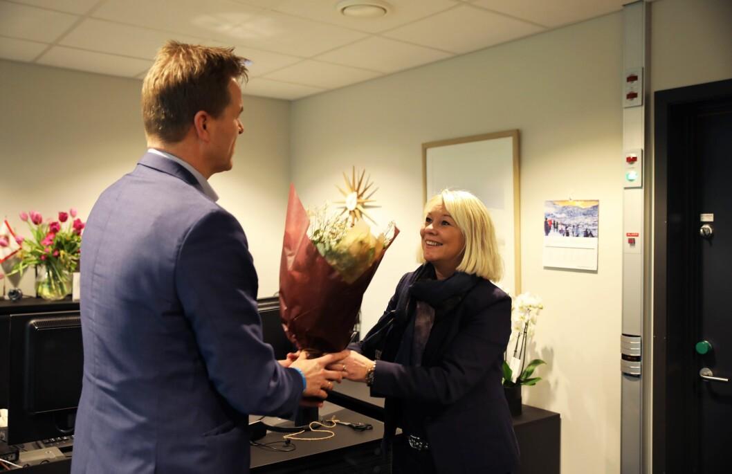 Justisminister Monica Mæland (H) mottar blomster fra Sigve Bolstad, leder av Politiets Fellesforbund.