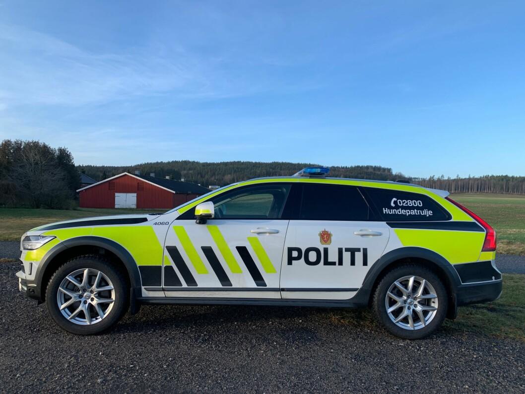 AVTALEN UNDERTEGNET: Nå er avtalen med Volvo og Bertel O Steen signert. Dermed er det endelig bestemt at Volvo V90CC blir ny patruljebi og hundebil de neste syv årene.