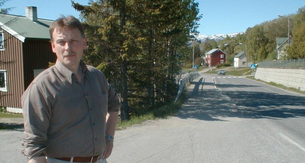 LANG VEI: Daværende lensmansførstebetjent Hans Roar Rasmussen er her avbildet ved stedet hvor en mann ble observert fi re timer før huset til Marie- Louise Bendiktsen brant ned. Året er 1999.
