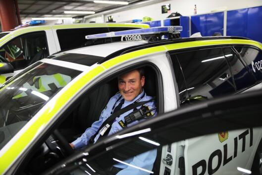 TESTSJÅFØR: Politioverbetjent Morten Østraat er en av politifolkene som har testkjørt bilene. – Dette er kontoret vårt ute i gata, og det gjøres mye mer ute i bil i dag, enn tidligere, sier han. Bilen på bildet var ikke en del av testen.