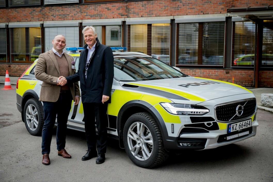 Volvo Cars Norge og direktør i Politiets Fellestjenester Helge Clem etter at politiets nye bilavtale ble signert.