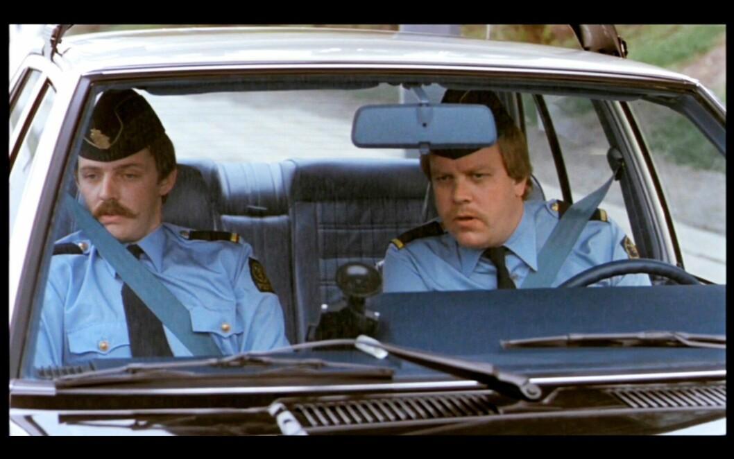 FILMSTJERNE: Rynning (til høyre) og en annen kollega fra Oslo-politiet hadde en liten rolle i «Olsenbandens siste kupp» fra 1982.