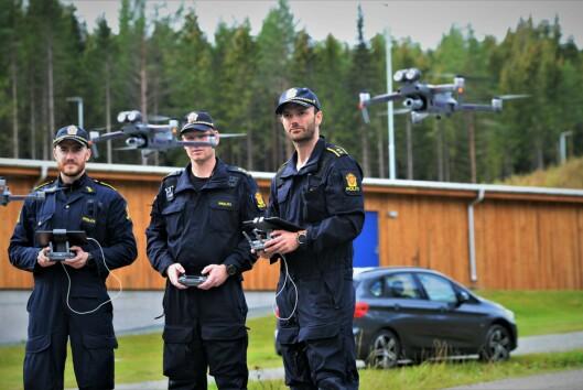 DRONER: Politioverbetjent og leder av droneprosjektet, Jørgen Lunde Ronge (til høyre), sammen med politiførstebetjentene Daniel Kvalsrud (til venstre) og Christian Ekra, som veileder droneprosjektene i henholdsvis Troms og Agder. Bildet er tatt da droneprosjektet startet i september i fjor.