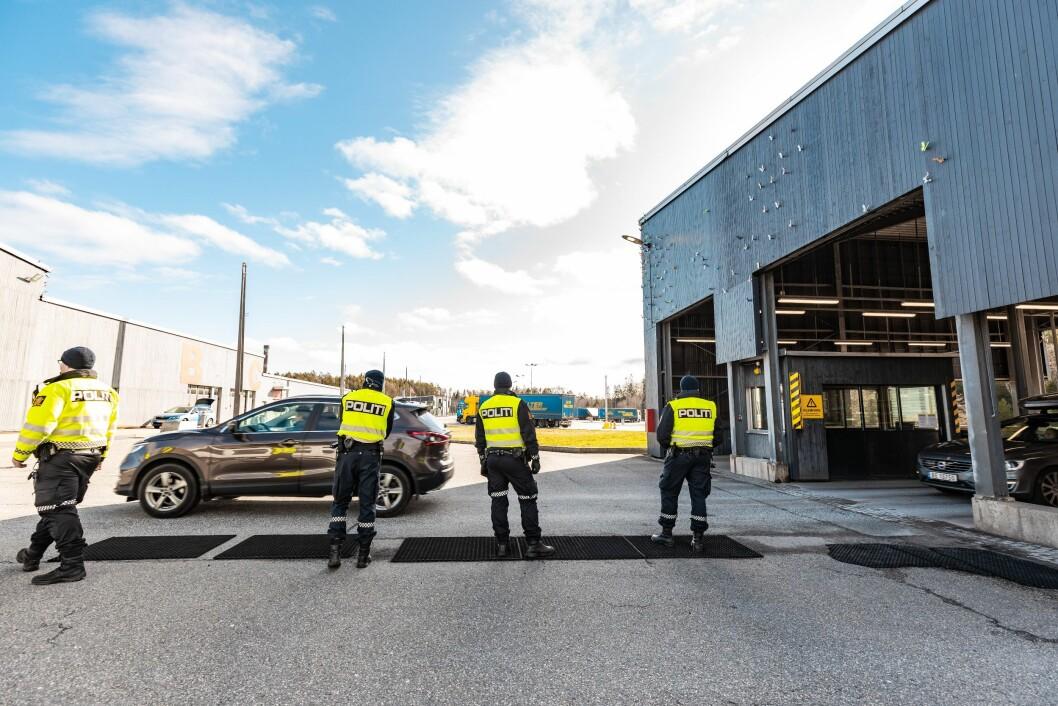GRENSEKONTROLL: Politiet står på grensa på Svinesund. Her har de bistand fra Heimevernet, i tillegg til Tolletaten.