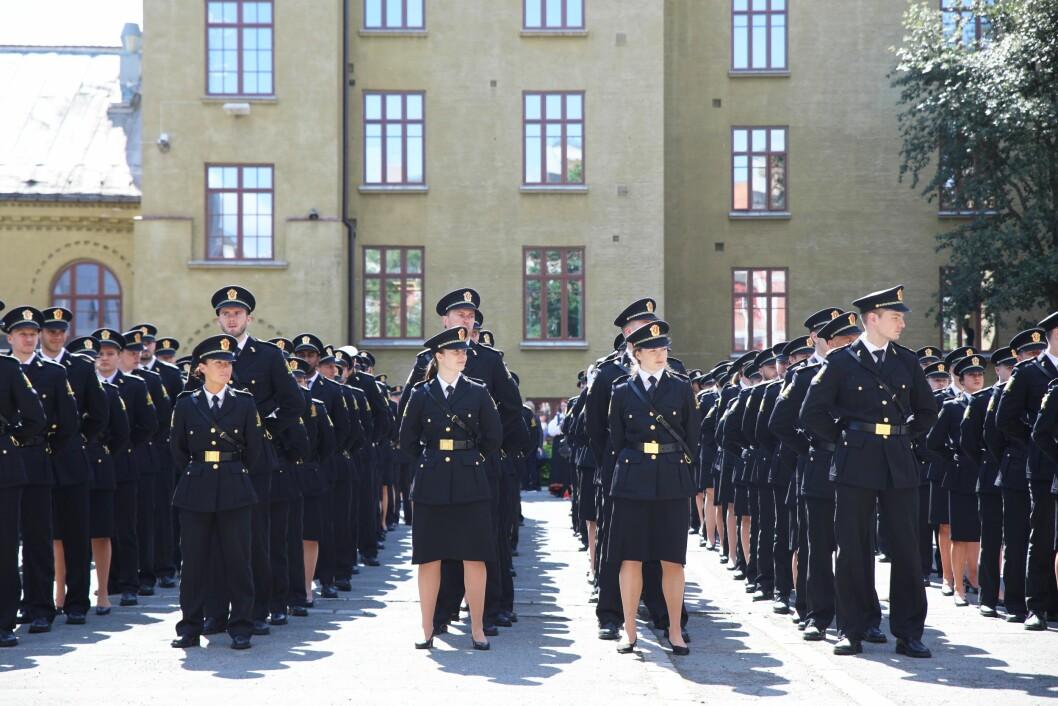 Bildet er tatt i en annen sammenheng, under avslutningsseremonien for bachelorstudentene ved Politihøgskolen i Oslo i 2019.