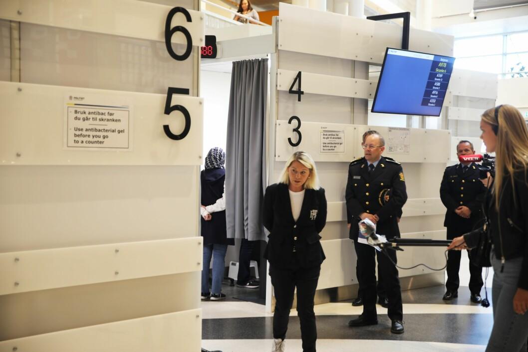 Justis- og beredskapsminister Monica Mæland på omvisning i politihuset på Grønland i Oslo, for å se hvordan de ivaretar smitteverntiltakene.