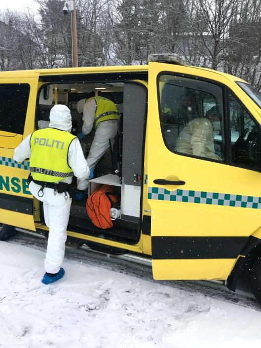 ANGRIPER: Politiet i Trøndelag bistod her helsepersonell med en kvinne, som både kunne være koronasmittet og som har en forhistorie med å angripe politi- og helsepersonell.
