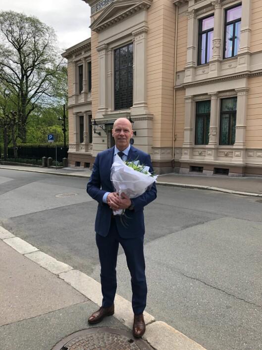 Terje Nybøe med blomster han mottok etter å ha blitt utnevnt til ny sjef for Spesialenheten i dag.