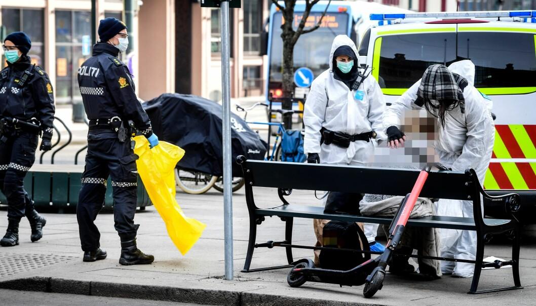 Her håndterer Oslo-politiet en kvinne som de mistenker er smittet av Covid-19.