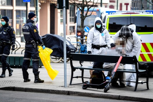 HOSTET GULT SLIM: Her håndterer Oslo-politiet en kvinne som de mistenker er smittet av korona.