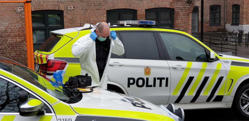 PÅ MED UTSTYR: Etter at en person som ble pågrepet av politiet i Oslo hevdet at vedkommende var smittet av korona, var det på med fullt smittevernutstyr.