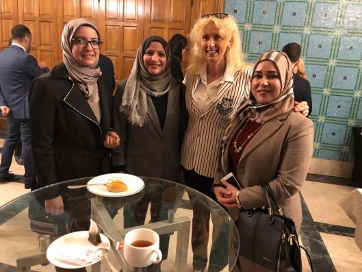 FIRKLØVER: Kim Anne-Marie Hiorth sammen med representanter fra Irak, Bahrain og Kuwait.