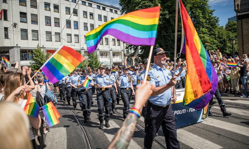 Bård Stensli med fane under Prideparaden i 2017.