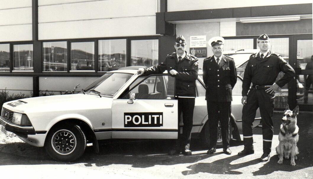 På 1990-tallet begynte lensmannen og lensmannsbetjentene å ligne stadig mer på politiet. Her representert ved lensmann Rolf Vik i Skedsmo (i midten), flankert av betjentene Åsmund Nilsen (til venstre) og Roy Riksvold. Bildet ble tatt i 1990, fire år før det administrative ansvaret forlensmannsetaten ble overført fra fylkesmannen til politimesteren.