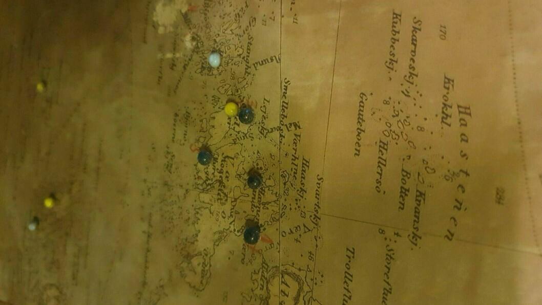 Kartene som ble funnet i kjelleren på Bergen politistasjon viser hvordan Gestapo jobbet på Vestlandet, og knappenålene har stått i kartet siden krigen.