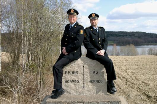 NABOSKAP: Thor Anders Aamodt (til venstre) og Geir Krogh var de to siste lensmennene i henholdsvis Frogn og Ås. Bildet ble tatt i 2005.