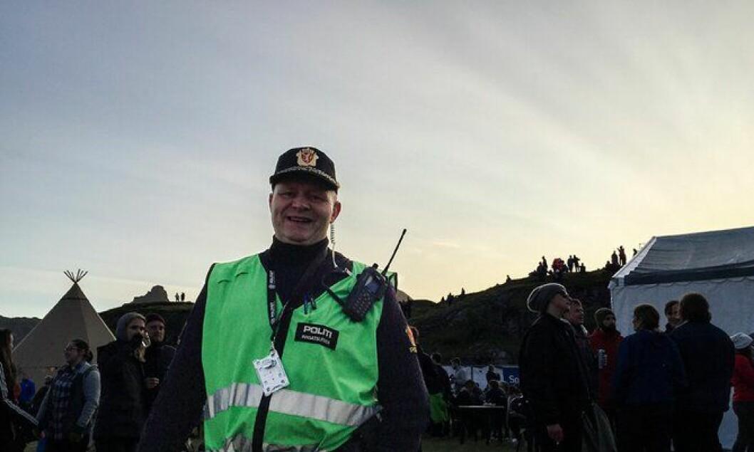 LYSE NETTER: Innsatsleder Kjell Rønning fra Sandnessjøen trives godt på nattevakt på Træna. – Det er sosialt, synes han.