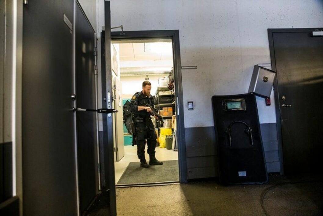 Politibetjent Erik Wågene i garasjen på politihuset i Skien.