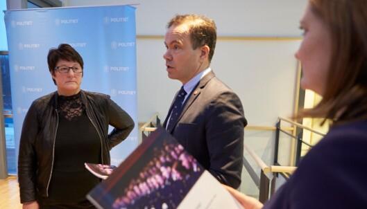 RAPPORT: Fylkesrådsleder Tomas Norvoll overleverer en rapport fra Politihøgskolen i Bodø til politimester Tone Vangen. T.h. Ordfører i Bodø, Ida Maria Pinnerød. Rapporten sier at vel 70 prosent av elevene fra nord, blir i nord.