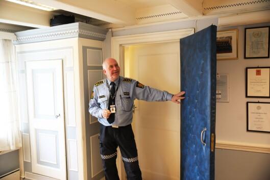 GAMMEL STIL: På Øystein Skottmyrs kontor står flere ting igjen fra eldre tider.