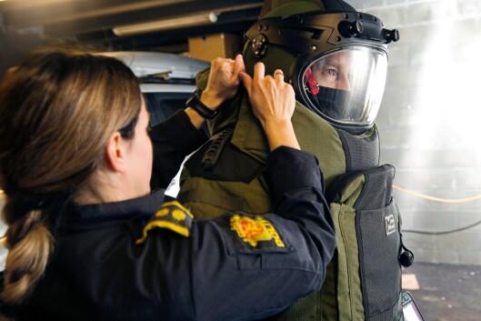 EKSTRA KILO: Bombedrakten veier rundt 40 kilo, og ofte trenger man hjelp til å få på seg det tunge utstyret. Drakten skal beskytte mot trykk og fragmenter ved en eventuell detonasjon.