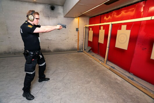 Ole Andreas Nordrum mener det er paradoksalt at polititjenestemenn som har tilgang til og bærer våpen i tjeneste ute blant publikum er nødt til å melde seg inn i en skytterklubb for å drive yrkesmessig øvelsesskyting privat.